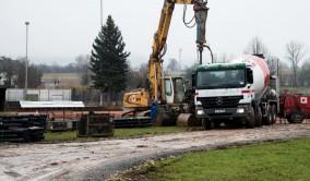 Bagger schlägt Gussrohr in den Boden (14.01.2014)