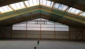 Die Tackerplatten in der Halle wurden in Eigenleistung verlegt
